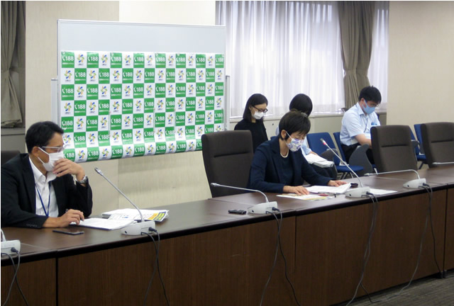 記者会見に臨む伊藤明子消費者庁長官